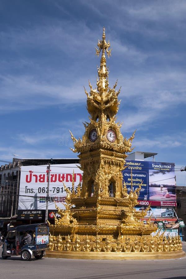 Streetscape с богато украшенной золотой каруселью движения башни с часами стоковое фото