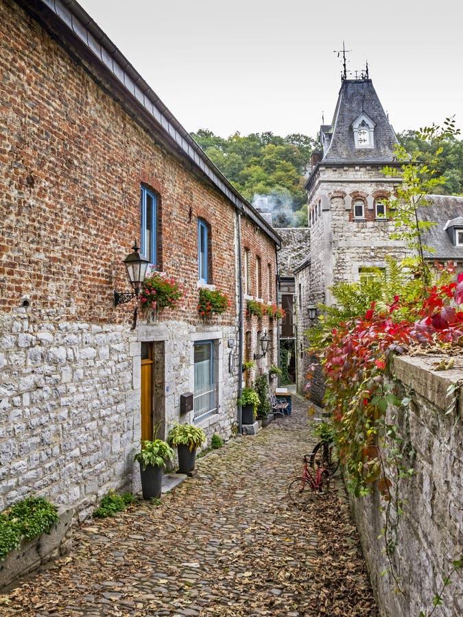 Streetscape del otoño en Durbuy, provincia de Luxemburgo Bélgica imagen de archivo libre de regalías