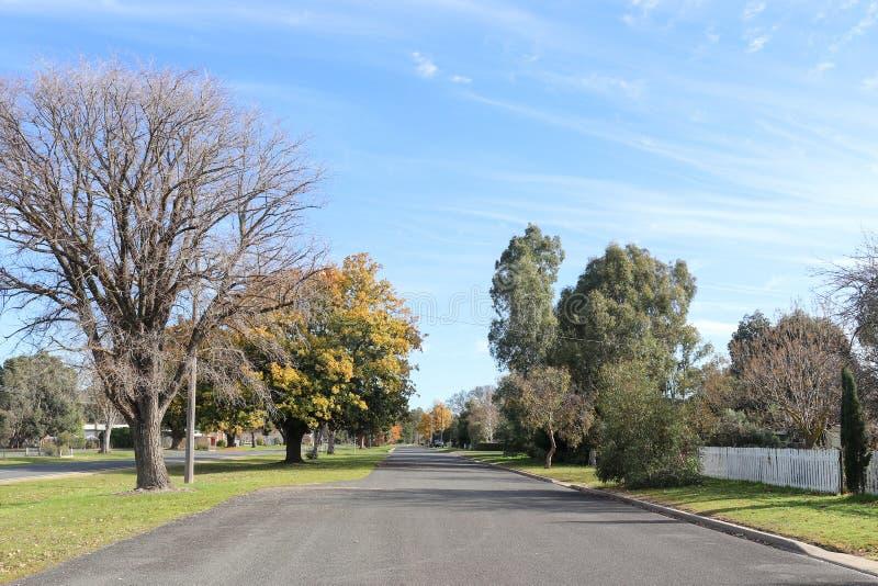 Streetscape einer verlassenen Straße in einer ruhigen australischen Landstadt lizenzfreies stockfoto