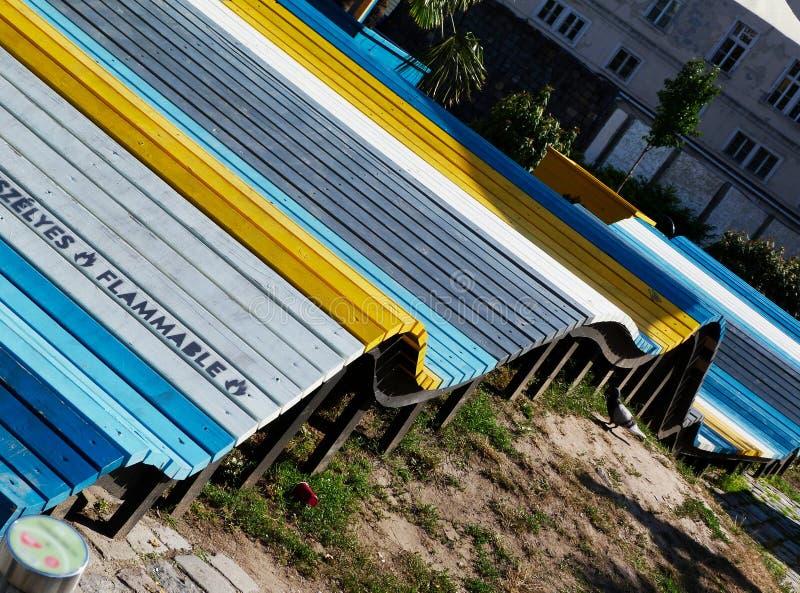 streetscape med färgrika krabba dekorativa gallerbräden royaltyfri foto