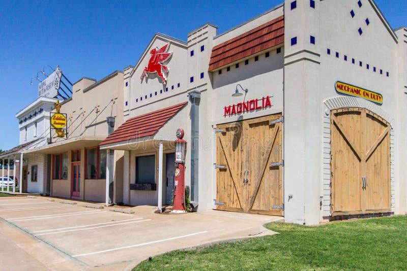 Streetscape Route 66 s Oklahoma mit Retro- Tankstelle lizenzfreie stockbilder