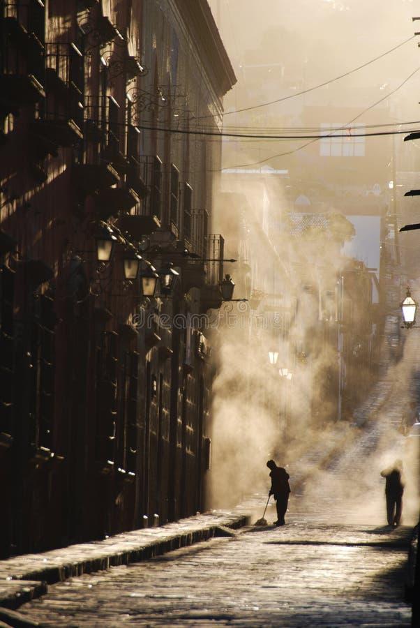 Streetsweepers, stof, San Miguel DE Allende stock afbeeldingen