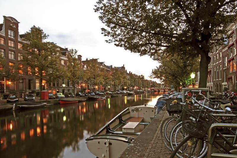 Streetview στο Άμστερνταμ Κάτω Χώρες στο λυκόφως στοκ φωτογραφία