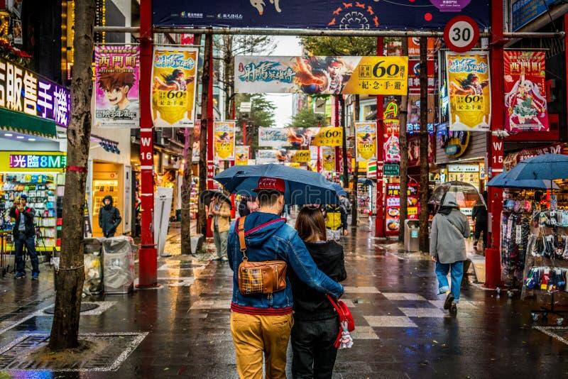 Streetview der Fußgängerstraße mit reizenden Paaren in Ximending-Gewerbegebiet in Taipeh Taiwan lizenzfreie stockfotos