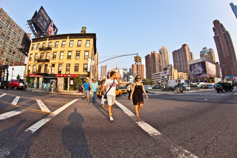 Streetview do centro com os povos em fotografia de stock