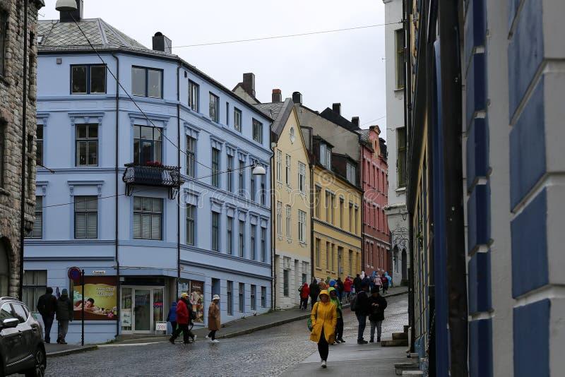 Streetview an einem regnerischen Tag in Alesund lizenzfreies stockfoto