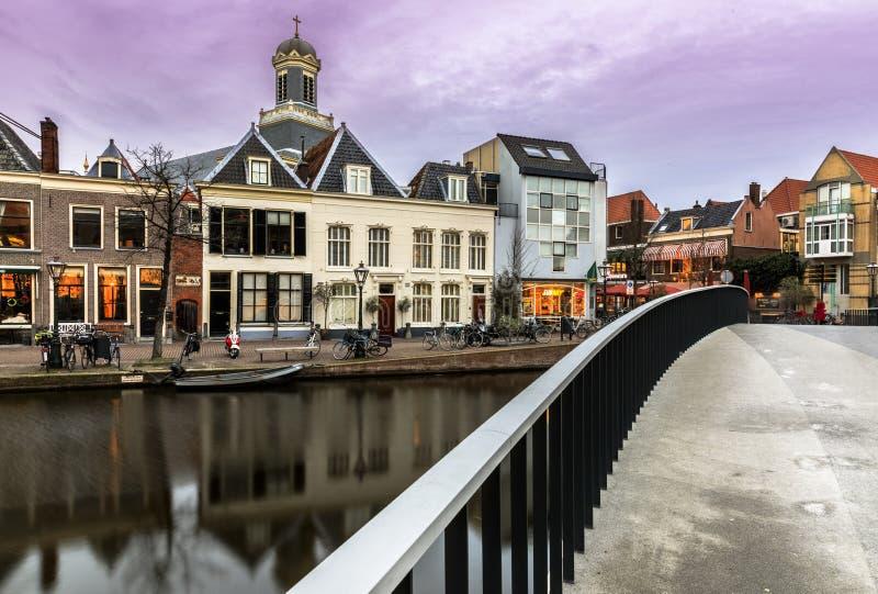 Streetview en el chaleco de Oude en el puente levadizo y el Marechurch Leiden Holanda fotos de archivo libres de regalías