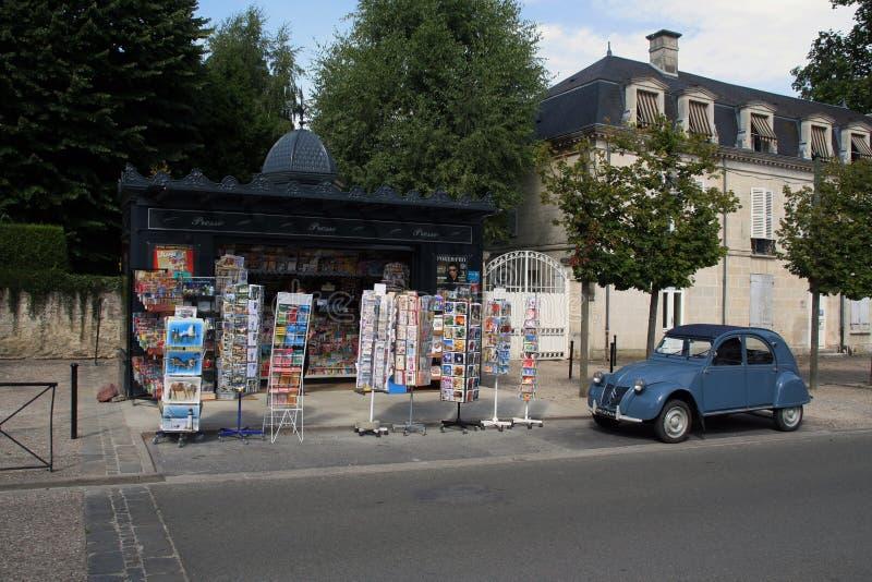 Streetview francés con el quiosco de periódicos y el ducklin feo de Citroen foto de archivo