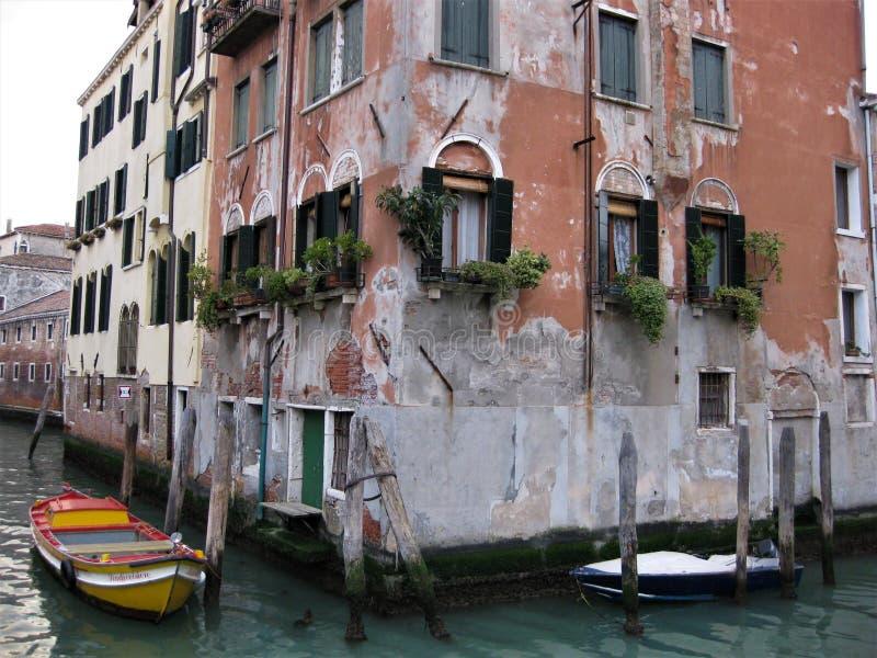 Streetview i Venedig på solnedgången arkivbilder