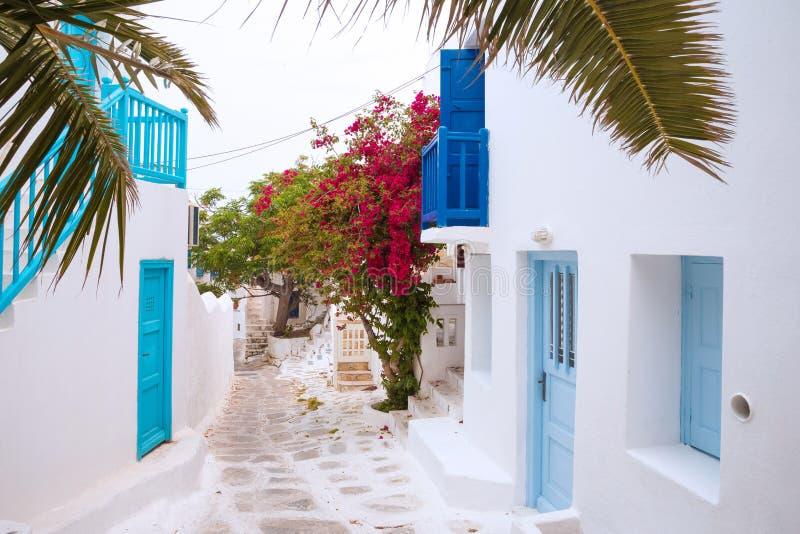 Streetview van Mykonos met palmbladen, Griekenland stock fotografie