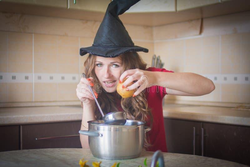 strega affamata nella cucina fotografia stock libera da diritti