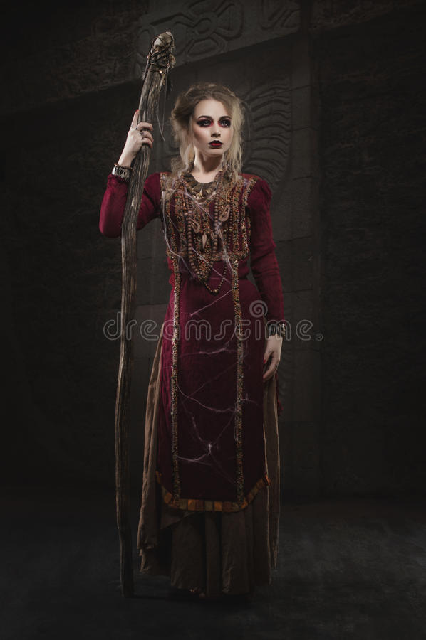Strega della donna in vestito rosso fotografie stock libere da diritti