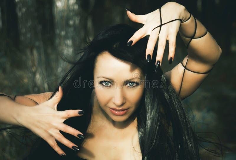 Strega della ragazza nel legno immagine stock