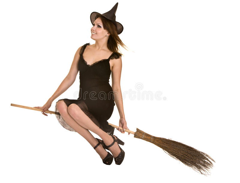 Strega di Halloween in vestito e cappello neri sulla scopa. immagini stock
