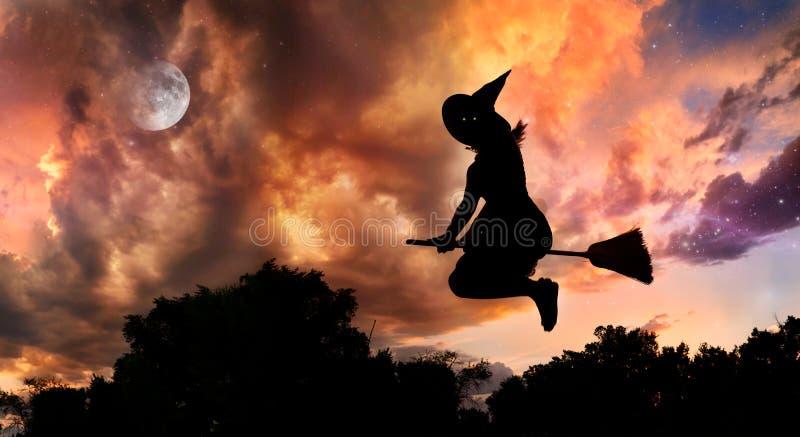 Strega di volo sul broomstick immagine stock