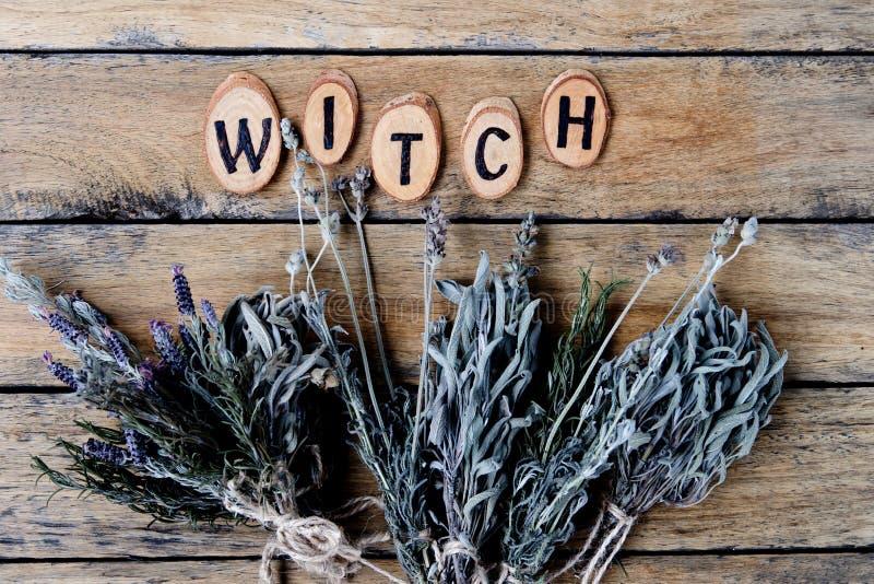 Strega naturale - pacchi secchi rustici dell'erba con i Bu della strega di parola fotografia stock