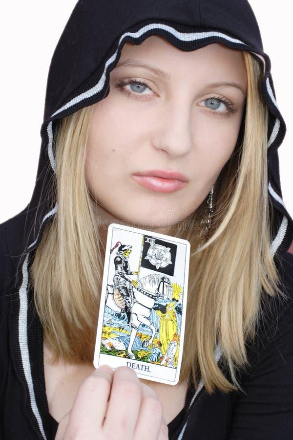 Strega teenager con la scheda di tarot fotografia stock