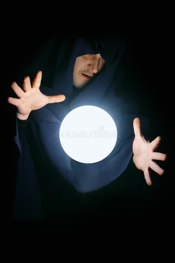 Stregone con la sfera magica immagine stock
