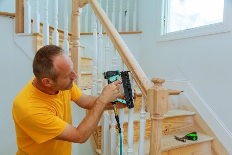 Stregone di installazione per l'inferriata di legno per le scale fotografia stock libera da diritti