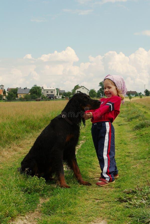 Streicheln mit Hund lizenzfreies stockfoto