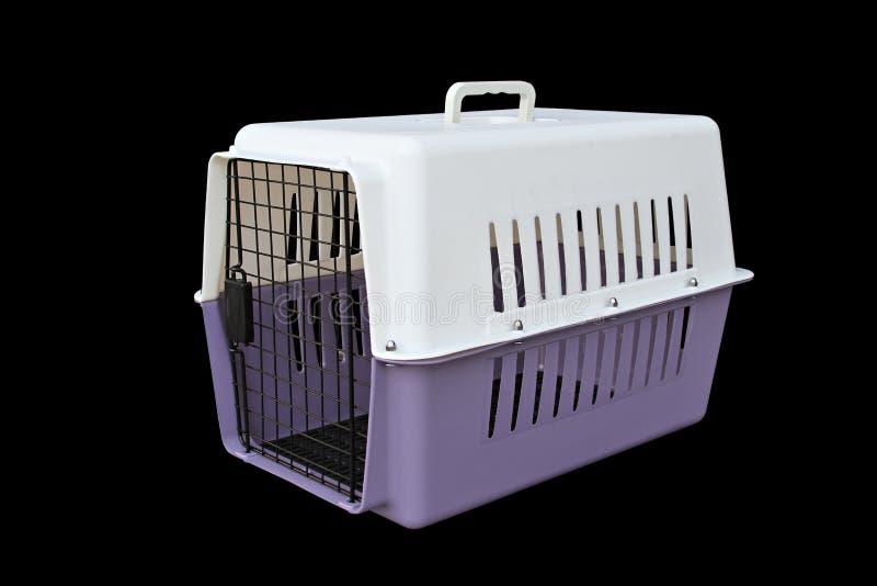 Streicheln Sie die Fördermaschine, die für das Reisen mit einem Haustier auf lokalisiertem Schwarzem purpurrot und weiß ist stockfotografie