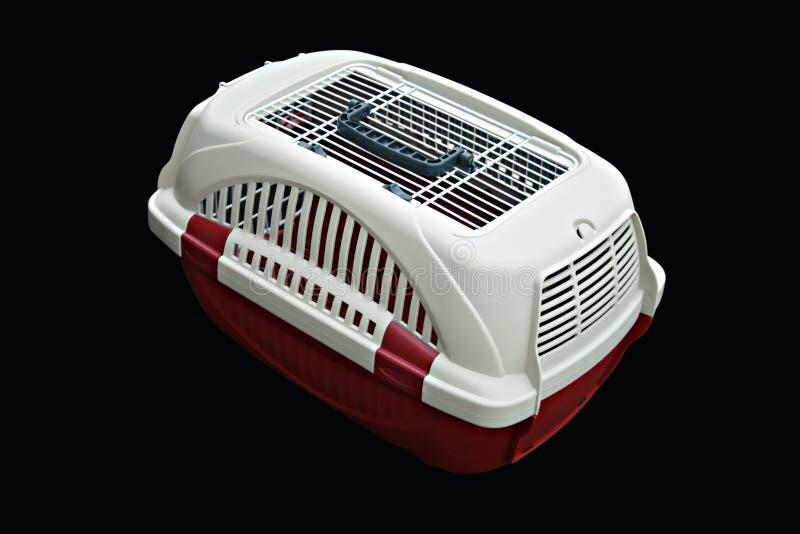 Streicheln Sie die Fördermaschine, die für das Reisen mit einem Haustier auf lokalisiertem Schwarzem rot und weiß ist lizenzfreies stockfoto