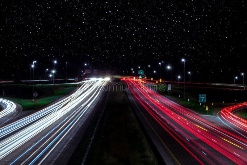 Streifen von Auto-Lichtern stockfotos