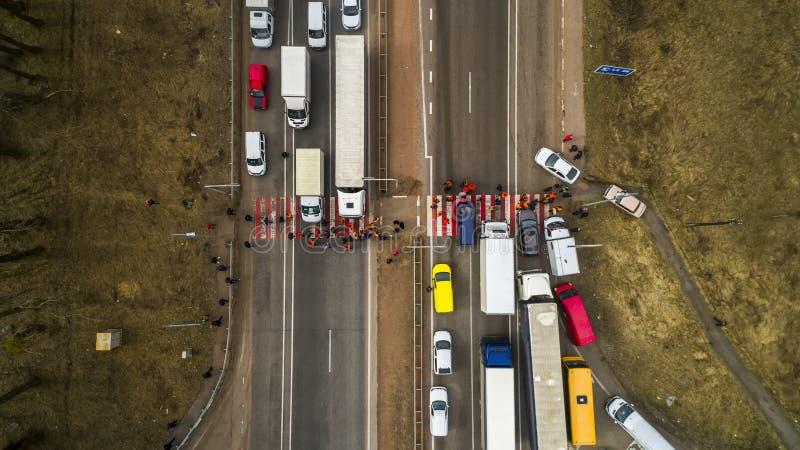 Streik und Protest von Leuten Blockierte die Straße Menge von den gestörten Protestierendern, die Straße mit Nachfragen zur Regie stockbilder