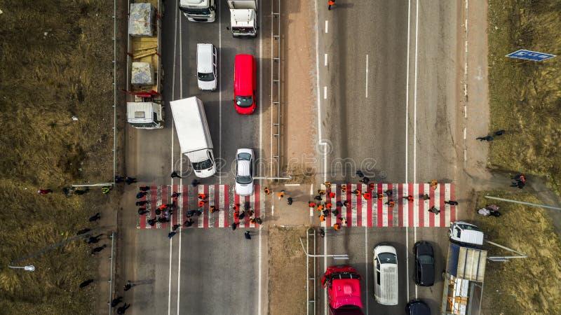 Streik und Protest von Leuten Blockierte die Straße Menge von den gestörten Protestierendern, die Straße mit Nachfragen zur Regie lizenzfreies stockfoto