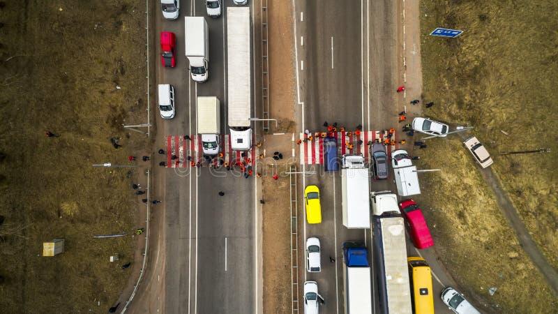 Streik und Protest von Leuten Blockierte die Straße Menge von den gestörten Protestierendern, die Straße mit Nachfragen zur Regie stockbild