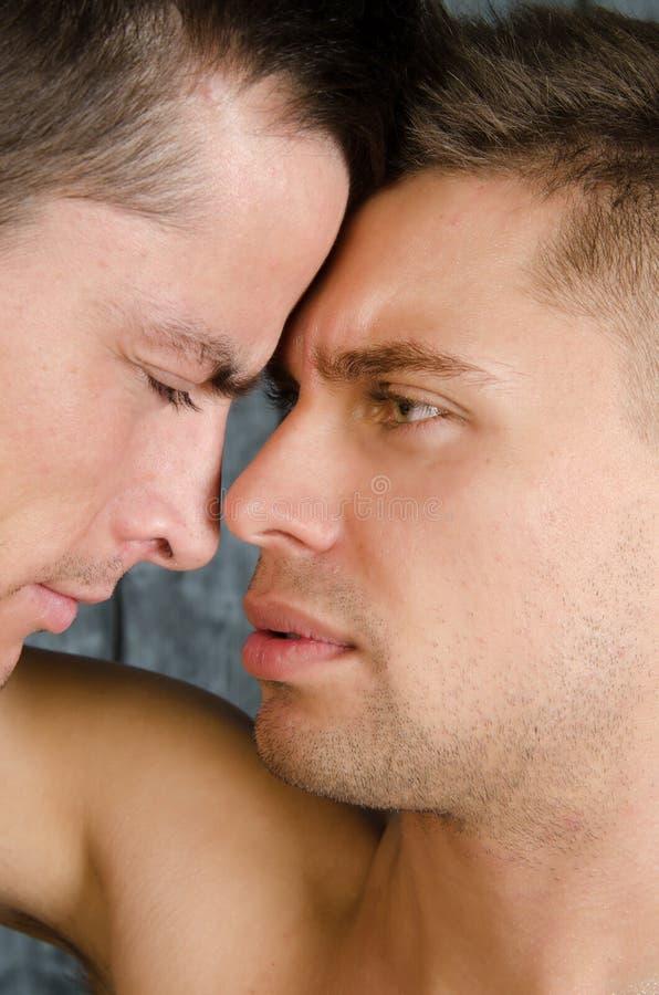 Streite und Küsse Liebe und Verhältnisse Zwei sexy Kerle stockfotografie