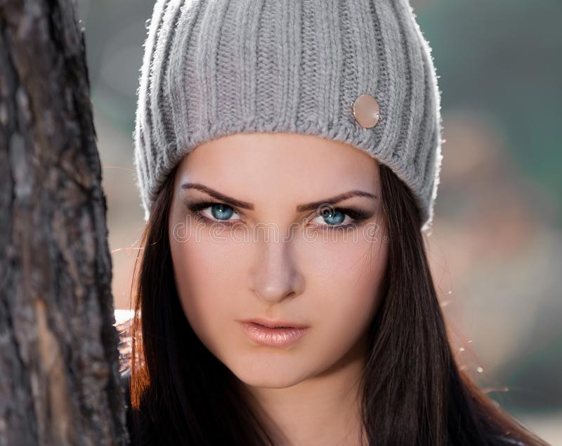 Strelnikova_Svetlana 妇女面孔灰色帽子,蓝色隐形眼镜! 免版税库存图片