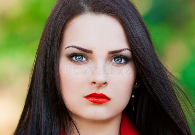Strelnikova_Svetlana Cara da mulher, lentes de contato azuis, bordos vermelhos! foto de stock royalty free