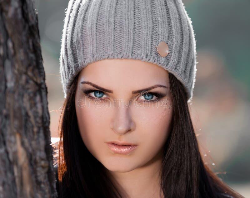 Strelnikova_Svetlana Chapéu cinzento da cara da mulher, lentes de contato azuis! imagem de stock royalty free