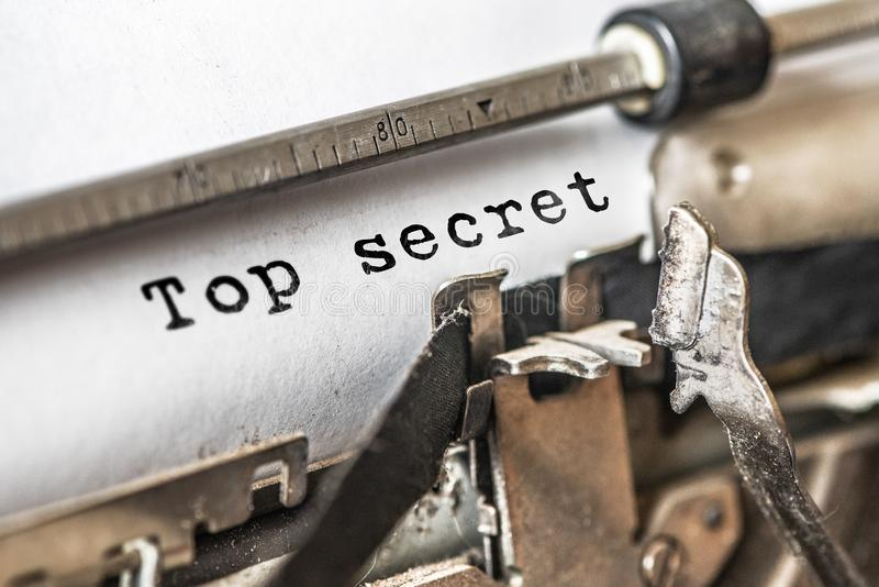 Streng geheim geschriebene Wörter auf einer Weinlese-Schreibmaschine Abschluss oben stockfoto