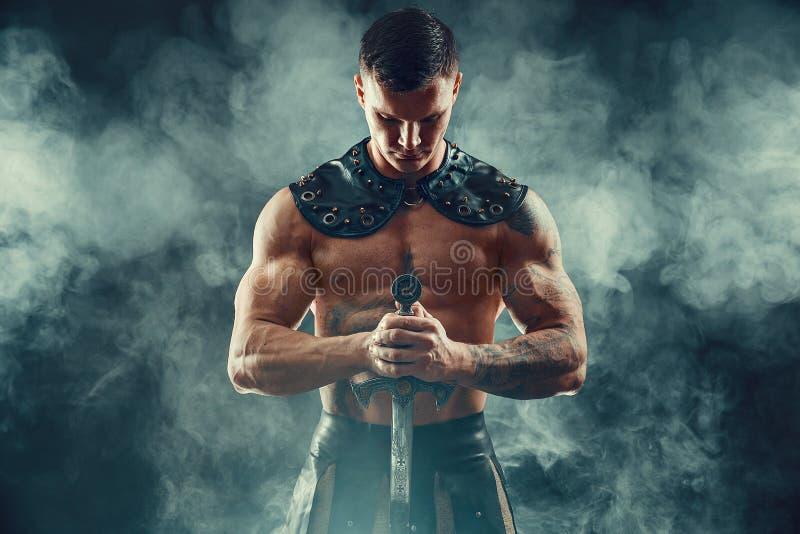 Strenge Barbaar in leerkostuum met zwaard royalty-vrije stock afbeelding