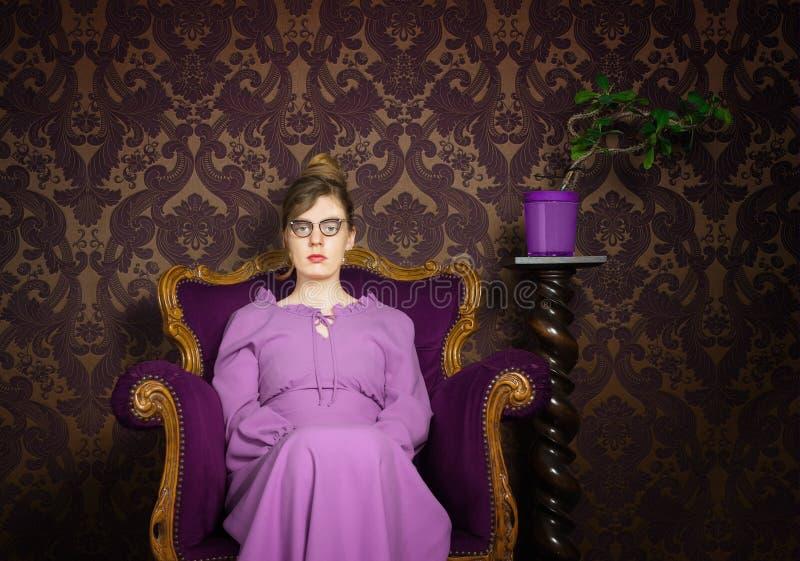 Strenge Dame in einer purpurroten Einstellung stockbilder