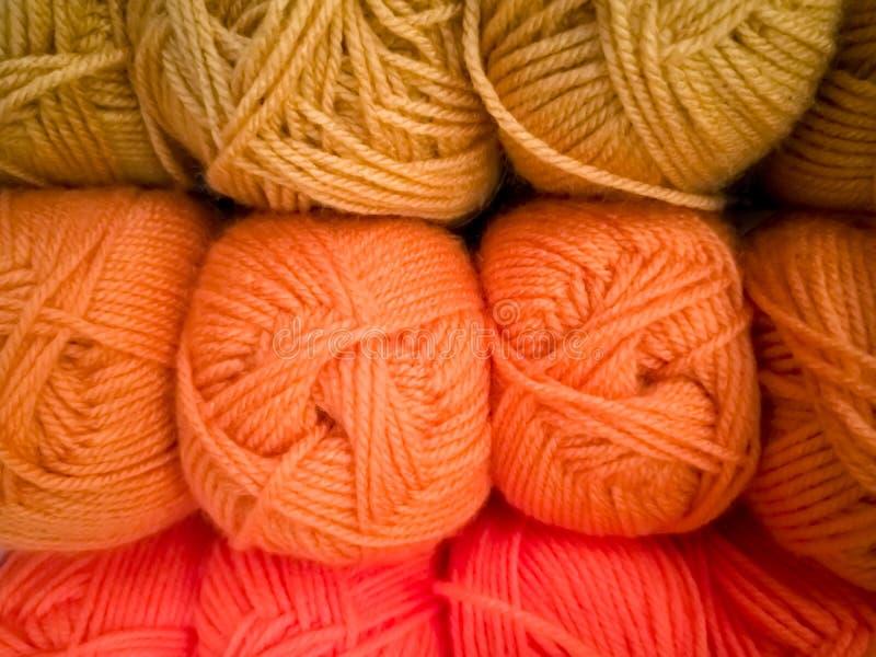 Strengen met verschillende kleuren van draden voor het breien, voor handwerk royalty-vrije stock foto's