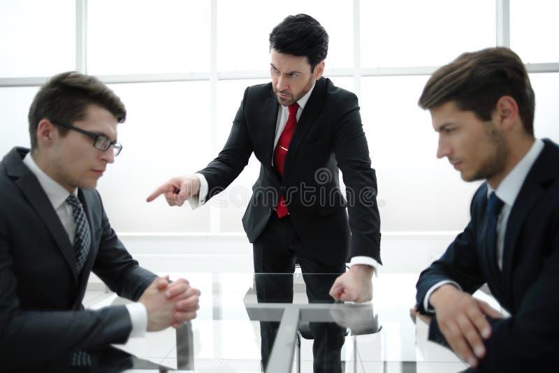 Strenger Geschäftsmann schilt unprofessionellen Angestellten lizenzfreies stockbild