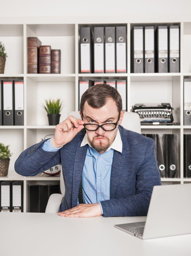 Strenger Geschäftsmannchef, der ernst schaut stockfoto
