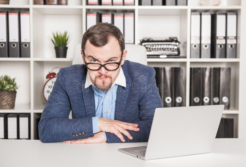 Strenger Geschäftsmannchef, der ernst schaut lizenzfreie stockbilder