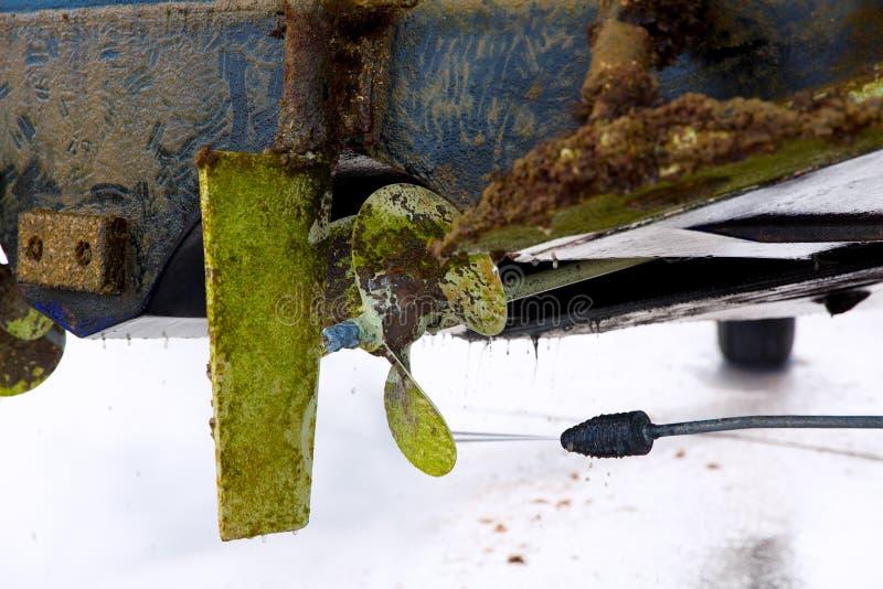 Strenger Rumpf und Propeller des Bootes drücken Wasserreinigung stockbild