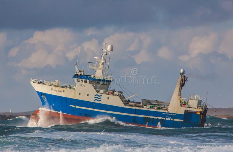 Strenger Schleppnetzfischer lizenzfreies stockfoto