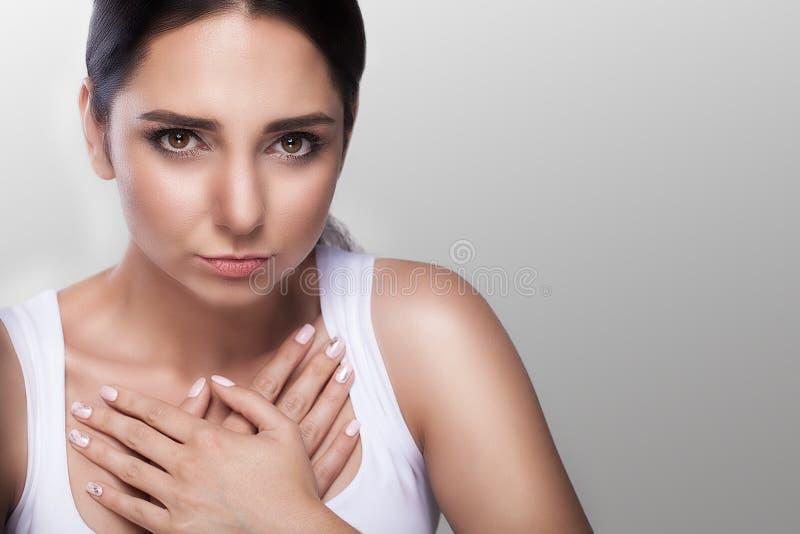 Strenger Schmerz in der Brust infarkt beleidigung kummer Herzkrankheit Starke schmerzliche Empfindungen Das Konzept der Gesundhei lizenzfreie stockbilder