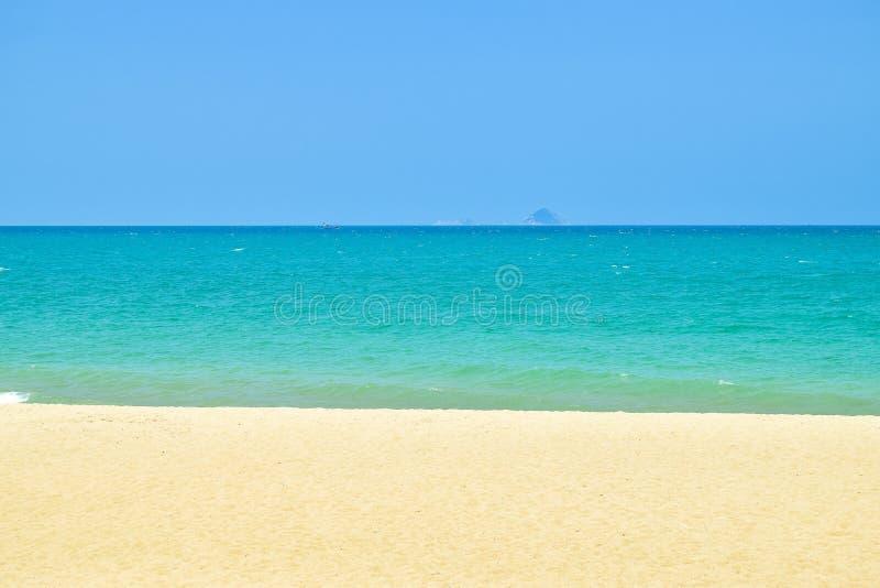 Strepen van blauwe hemel en groene oceaan en yelllow zand op strand royalty-vrije stock fotografie