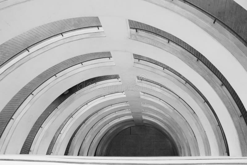 Streptocoque circulaire de béton d'architecture de bâtiment de ville de sort de voiture de stationnement image stock