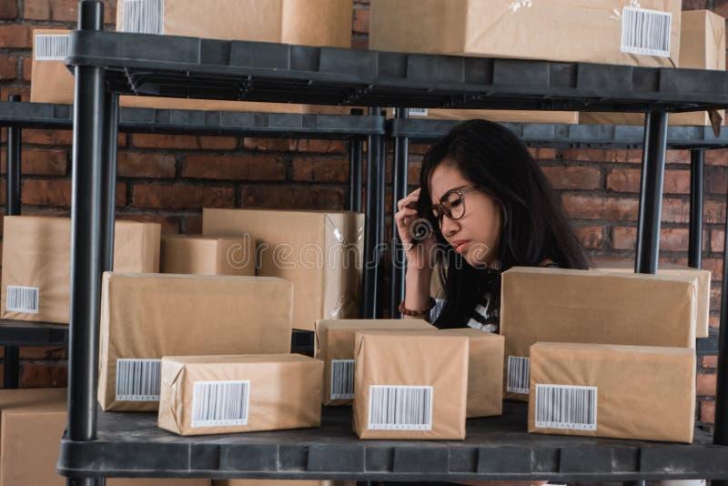 Stres kobieta podczas gdy pracujący fotografia stock