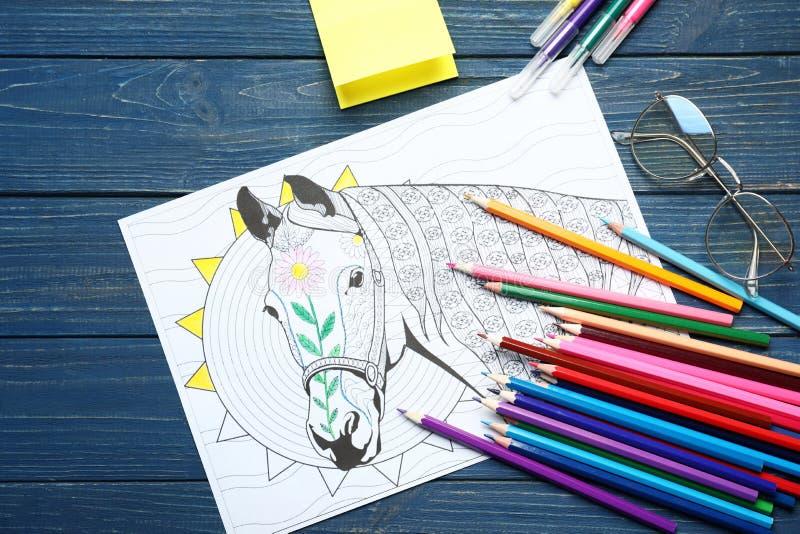 Stres kolorystyki ołówki na stole i obrazek zdjęcia royalty free