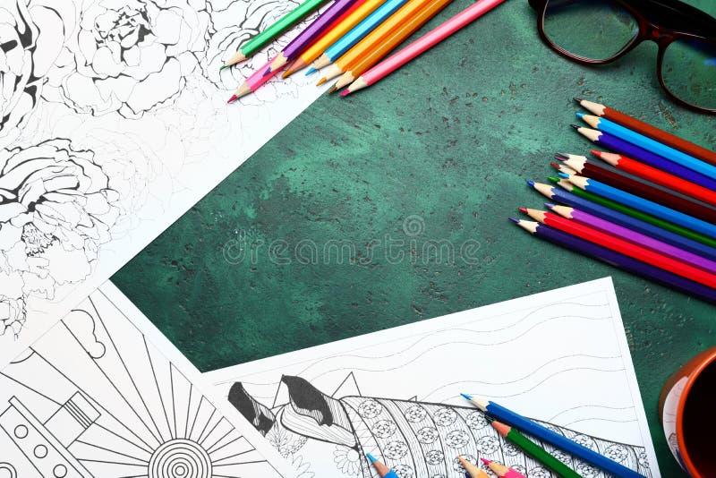 Stres kolorystyki ołówki na stole i obrazki zdjęcie stock