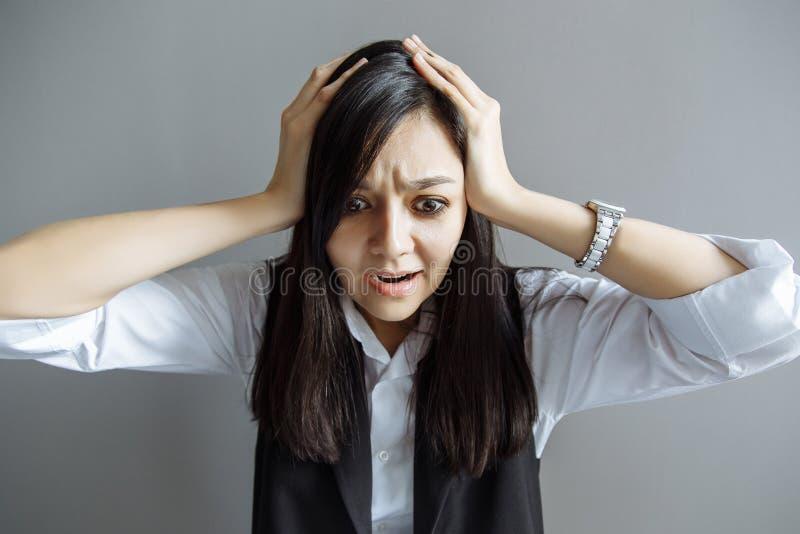 stres sprawa sfrustowana kobieta Śmieszny wizerunek młody Kaukaski Azjatycki bizneswoman obraz royalty free
